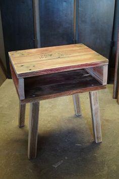 Cette petite table de nuit est entièrement réalisée en bois de palette. Son encombrement mini et son look marqué font de ce chevet un petit meuble très pratique et s'adaptant - 14256833