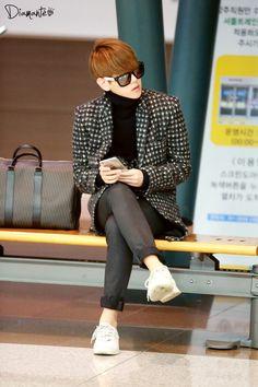 EXO's Baekhyun in Beijing Airport. #streetstyle #kfashion