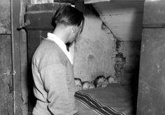 Armoede. Onbewoonbaar verklaarde woning met vijf kinderen in een bedstee in Etten-Leur, 17 januari 1950.
