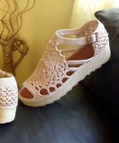 (99) Одноклассники Make Your Own Shoes, How To Make Shoes, Crochet Sandals, Crochet Slippers, Crochet Slipper Pattern, Crochet Patterns, Crochet Stitches, Knit Crochet, Butterfly Bags