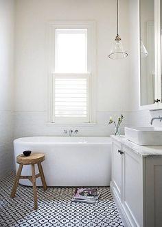 Fint golv. Fin komod, ej sockeln dock. 16 badrum – vackra i all sin enkelhet - Sköna hem // tiles