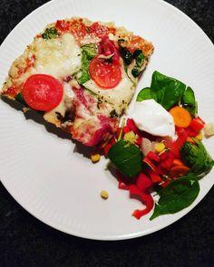 """Haps ...Afslutter 24 timers faste med denne 👌 Meatza m kylling/spinat bund - toppet m. Tomatpuré/Philadelphia, mozzarella ost, tomat, spinat, serono skinke, bacon, basilikum og oregano. Og en lille rest af """"risalamende"""" fra igår til dessert 👏 #aftensmad #lchf #danmark #sund #lowcarb #vægttab #fitfamdk pizza MyRecipe myfood mydiet"""