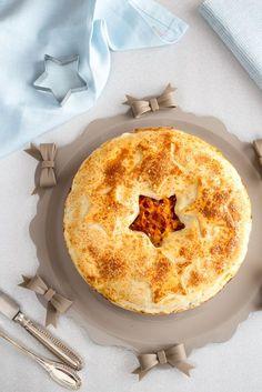 Il timballo di tagliatelle in crosta è un primo piatto al forno gustoso ed elegante, perfetto da servire durante le festività come Natale e Pasqua ma anche la domenica, una ricetta saporita e bella con cui sorprendere i nostri commensali. Il timballo di tagliatelle in crosta è facile da fare, adat