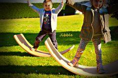 Uno de los juguetes de más éxito que hay en el momento son las tablas curvas,permiten un juego sin limites a la imaginación de los niños . se puede utilizar como tabla de equilibrio, puente, cueva… Outside Games, Waldorf Education, Surfboards, Cave, Bridge, Libraries, Therapy