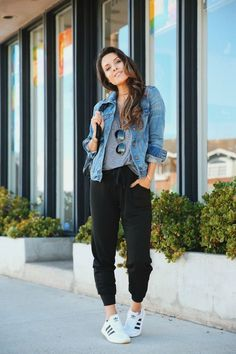 Das beste Paar Jogger, das Sie jemals finden werden - Andee Layne The best pair of joggers you'll ev Jean Jacket Outfits, Cute Outfits With Jeans, Cute Casual Outfits, Womens Jeans Outfits, Jean Jacket Styles, Sporty Chic Outfits, Jacket Jeans, Shoes With Jeans, Plaid Pants