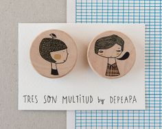 Boy and girl II  Pack of  illustrated wooden brooches by depeapa.  Tiene muchas cosas bellas