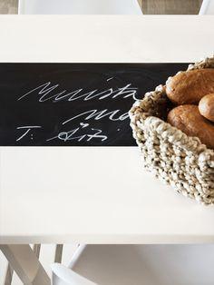 Uusi ilme kalusteille:  Vanha pöytä sai helposti uuden ilmeen. Pöytä maalattiin helmi-kalustemaalilla ja maalin kuivuttua keskellä oleva alue rajattiin teipillä. Allue maalattiin koulutaulumaalilla. Nyt pöytään voi kirjoittaa vaikka vieraiden nimet tai päivän menuun.