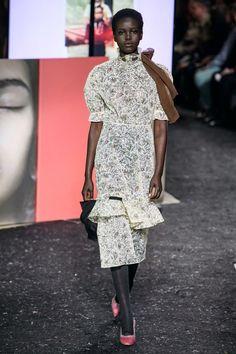 Miu Miu Fall 2019 Ready-to-Wear Fashion Show - Vogue Miu Miu, Vogue Paris, Fashion 2020, Fashion Brands, Belle Silhouette, Power Dressing, Vogue Russia, Fashion Show Collection, Mannequins