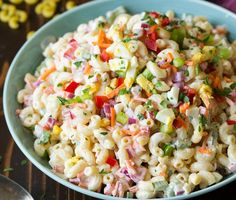 Une recette de salade de macaroni plein de couleur pour l'été... C'est nourrissant, froid, facile, délicieux! À manger sur sa terrasse :)