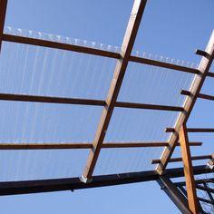 1. Das bereits fertige Tragegerüst von unten: Es besteht aus handelsüblichen Latten, die längsten sind im Querschnitt 60 x 80mm dick. Im Handel gibt es sie in Längen von 2 bis 4 Metern. Sie wurden untereinander mit sogenannten Balkenschuhen befestigt mal(maßgenau vorgefertigte, verzinkte Haltebleche). Utility Pole, Porch Roof, House Entrance, Cross Section, Lounge Seating