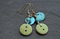 Boucles d'oreilles, boutons bois menthe à pois blancs et nacres - Bijoux fantaisie TessNess : Boucles d'oreille par tessness