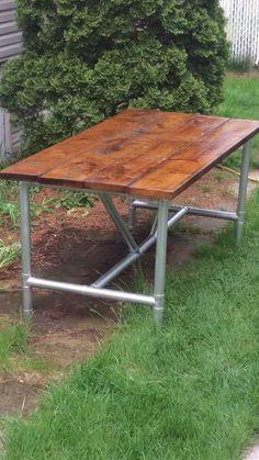 Table diy, bois et tuyau PVC peint couleur métallique à la canette Table Diy, Outdoor Tables, Outdoor Decor, Pvc, Picnic Table, Camper, Outdoor Furniture, Projects, Crafts