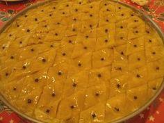 Kάθε χρόνο, λίγο πριν την Πρωτοχρονιά, η μητέρα μου φτιάχνει τον περίφημο μπακλαβά της! Είναι το κέρασμά της για τις γιορτές των αδερφών μου... Greek Cookies, Greece Food, Greek Sweets, Greek Beauty, Greek Recipes, Dessert Recipes, Desserts, Macaroni And Cheese, Food And Drink
