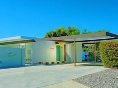 "Cool carport / In the early architect Donald Wexler, who believes that steel is an ideal building material in desert climes, set about designing an easily replicated, all-steel ""home system"" Spring Architecture, Modern Architecture, Chinese Architecture, Porte Cochere, Modern Exterior, Exterior Design, Palm Springs, Bungalow, Mid Century Exterior"