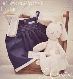 The Summer Dress Baby Basket: Blue & Whitees una canasta de regalo para niña recién nacida que nos encanta con nuestro conejito ultra suave, blankie orgánico termal y un fino set de dos piezas…