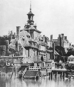 De Ooster Oude Hoofdpoort [1856] in Rotterdam was een stadspoort die in 1597 en 1598 werd gebouwd. De poort markeerde de oostkant van de Oude Haven. De Ooster Oude Hoofdpoort was een renaissancegebouw, uitgevoerd in blauw arduin. De poort verving de Oude Hoofdpoort of Sint Laurenspoort die in 1578 was gesloopt. De Wester Oude Hoofdpoort aan de westkant van de Oude Haven verscheen pas in 1667. De Ooster Oude Hoofdpoort is in 1856 afgebroken in verband met de komst van station Rotterdam Maas.