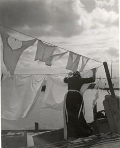 Emmy Andriesse :: laundry / clothesline, 1950's