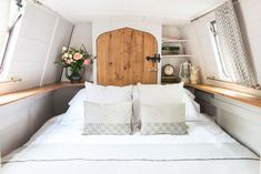 This picturesque century-old narrowboat makes stylish use of every inch of space Charming Century-Old Narrowboat Makes Stylish Use of Every Inch of Space Wood Boat Plans, Boat Building Plans, Sailboat Plans, Green Building, Canal Boat Interior, Sailboat Interior, Barge Interior, Interior Ideas, Interior Design