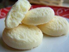 Ağızda dağilan nefis bir kurabiye tarifi Nişastalı Kurabiye Malzeme Listesi 250 gr margarin 1.5 su bardağı pudra şekeri 1 su bardağı mısır nişastası 1 çay kaşığı kabartma tozu aldığı kadar un 1 yumurta Tarifi Oda ısısında bekletilmiş margarin ve pudra şekeri iyice yoğrulup ,diğer malzemelerde eklenip kulak memesi yumuşaklığında ele yapışmayacak bir hamur yapılır.Hamurdan ceviz büyüklüğünde parçalar alınıp yuvarlanır ve tepsiye dizilir.Önceden ısıtılmış 180 derece fırında hafif pembeleşene…