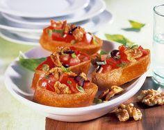 Montaditos de tomate y Nueces de California. Uno, dos, tres o hasta cuatro montaditos supondrían una cena ligera.