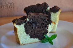 Un bizcocho bicolor con dos sabores: a menta (gracias a un sirope casero) y a chocolate. Fácil de preparar e ideal para los amantes de la menta.