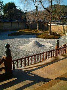 高台寺:波心庭  Todai-ji, Kyoto  More famous gardens in Kyoto: http://www.japanesegardens.jp/gardens/famous/kyoto.php