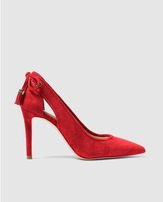 Zapatos de salón de mujer Michael Kors rojos con adorno de cordón y borla. Modelo JENNINGS PUMP.