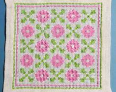 Tableta de X-small exellently hecho vintage de los años 1950 a mano punto de Cruz bordado / mantel witht abstracta patrón en colores rosa y verdes