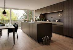 Eine grosszügige Raumgestaltung verbindet Küche und Wohnzimmer mit modernen Aluminium-Fronten.