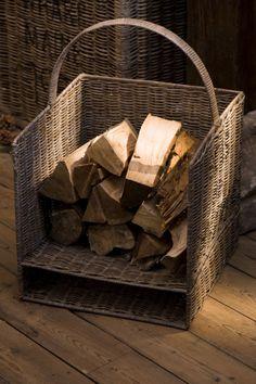 Sfeervolle basket voor hout voor het haardvuur of tijdschriften.