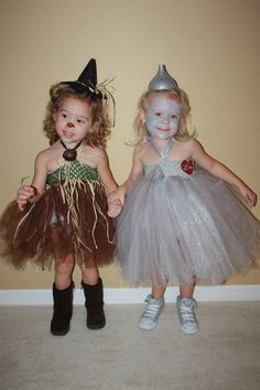 Wizard of Oz girl scare crow and tin girl :) Kid halloween costume Twin Costumes, Cute Costumes, Halloween Costumes For Kids, Halloween Party, Twin Girls Halloween, Fairy Costumes, Toddler Costumes, Halloween Outfits, Sweet Pictures