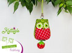 """Eule """"Hedwig"""" (nr. 039) – die zuckersüße Eule in den Farben Rot & Grün ist eine Kattugle-Sonderedition zum Thema """"Frühling"""" – mit einem hübschen Erdbeer-Glöckchen am Po. Ein besonderer Glücksbringer!"""