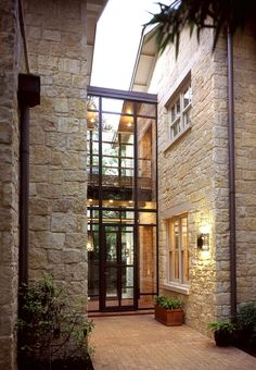 Love this combo for the exterior facade of a house: stone walls to welcome you and glass door that gives a modern touch. Love this combo for the exterior facade of a house: stone walls to welcome you and glass door that gives a modern touch. Design Exterior, Door Design, Wall Exterior, Modern Exterior, Modern Entry, Rustic Modern, Stone Exterior Houses, Exterior Doors, Glass House Design
