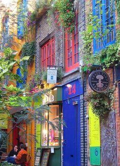 COLORIDAS MARAVILLAS URBANAS | INGLATERRA >  LONDRES - Neal's Yard, Covent Garden in London (Fuente: MessyNessy).