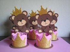 Centro de mesa ursa princesa marrom com rosa toda feita com e.v.a, com coroa dourada pequena na cabeça e outra maior na base. ótima para encher de docinhos variados ou até mesmo salgado. *Altura total é de 25 cm *altura do copinho é 7,5 cm e largura de 10 cm ANTES DE FINALIZAR SEU PEDIDO... Baby Girl Shower Themes, Baby Shower Princess, Baby Boy Shower, Bear Birthday, 2nd Birthday Parties, Foam Crafts, Diy And Crafts, Teddy Bear Party, Baby Olivia