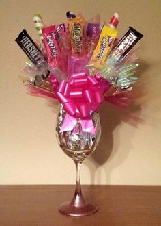 Valentine candy bouquet in a glass Valentine Gift Baskets, Valentines Gifts For Boyfriend, Valentines Diy, Valentines Presents, Diy Valentine's Centerpieces, Wine Glass Centerpieces, Birthday Craft Gifts, Diy Birthday, Birthday Ideas