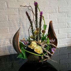 Modern Floral Arrangements, Creative Flower Arrangements, Artificial Flower Arrangements, Artificial Flowers, Palm Frond Art, Palm Fronds, Plant Crafts, Garden Crafts, Altar Flowers