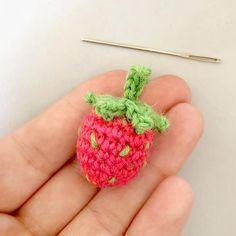 kostenlose DIY-Häkelanleitung: Fruchtige Erdbeeren und Brombeeren // free DIY crocheting tutorial: strawberries and blackberries via DaWanda.com