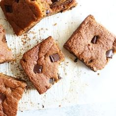 You will LOVE these fluffy and moist Pumpkin Spice Blondies! Perfect treat to put you in the autumn spirit! Gluten free and paleo friendly! Chocolate Crunch, Healthy Chocolate, Desserts Menu, No Bake Desserts, Quinoa Cookies, Sugar Pumpkin, Gluten Free Pumpkin, Pumpkin Pie Spice, Blondies
