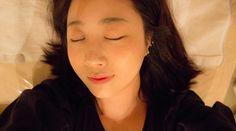 피부관리 받으러 침대에 누웠습니다. 어깨가 드러나는 가운을 입는데 저는 살짝 부끄러워서 윗옷 입고...^^;;;;