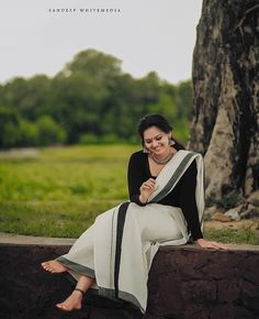Indian Wedding Photography Poses, Couple Photography Poses, Photography Women, Set Saree, Saree Poses, Kerala Saree, Barefoot Girls, Saree Photoshoot, Casual Saree