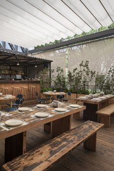 Restaurant Visit: Baja Transported, in Mexico City The dining tables, benches, and floor are made from reclaimed towboat wood; the rest was largely found on site. Restaurant Visit: Baja Transported, in Mexico City Cafe Restaurant, Outdoor Restaurant Patio, Outdoor Cafe, Vintage Restaurant, Modern Restaurant, Restaurant Ideas, Restaurant Tables, Cafe Bar, Patio Design