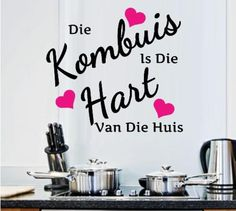 Die kombuis is die hart van die huis Kitchen Vinyl Sayings, Kitchen Wall Quotes, Kitchen Wall Decals, Kitchen Decor, Quirky Quotes, Home Quotes And Sayings, Diy Signs, Wall Signs, Vinyl Flooring Kitchen