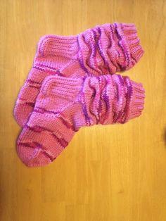 Kerrankin itselle jotain, nimittäin nämä aivan ihanat villasukat. Monen monta kertaa olen aloittanut jotain kaunista sukkaa nimenomaan aj... Knitting Socks, Knit Socks, Mittens, Knit Crochet, Gloves, Fashion, Knitting, Moda, Fashion Styles