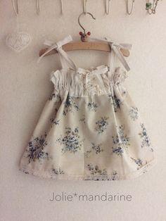 ナチュラルな綿麻アンティークブルーの花柄と生成りのコットン無地を合わせてお作りした4ウェイレースアップワンピース&スカートです。肩紐は長さ調節出来ます。お子様の成長に合わせて着用いただけます紐を中に隠せばスカートとしても着用出来ますレースアップ部分を前に...
