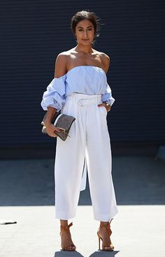 Top ombo a ombro azul listrado com manga bufante, calça clochard branca, sandália de tiras