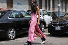 Locker geschnittene Hosen, klobige Sneakers und ihr langes pechschwarzes Haar haben die Italienerin zum Liebling der Mode-Paparazzi gemacht.
