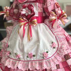 VESTIDO CAIPIRA CONFECCIONADO EM TECIDO DE TRICOLINE 100% ALGODÃO, COM ARMAÇÃO EMBUTIDA E FORRADA.  NÃO IRRITA A PELE DA CRIANÇA!  CONFECCIONAMOS DO 0 AO 6 ( CONSULTAR TAMANHOS DISPONÍVEIS A PRONTA ENTREGA)  Obs.: tecido pode sofrer alterações na estampa Baby Girl Dresses, Baby Dress, Girl Outfits, Love And Light, Kids Wear, Little Girls, Apron, Alice, Sewing