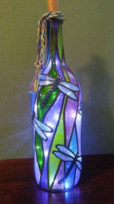 Wine Bottle Art, Glass Bottle Crafts, Painted Wine Bottles, Lighted Wine Bottles, Painted Wine Glasses, Bottle Lights, Bottles And Jars, Decorated Bottles, Wine Bottle Lighting