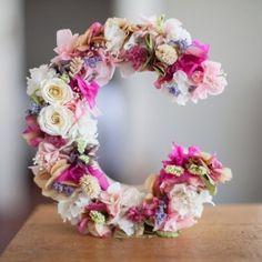 Letra C de kraft con flor preservada de Marzö Bcn Wedding Flower Decorations, Wedding Flowers, Diy Crafts For Home Decor, 18th Birthday Cake, Floral Letters, Handmade Flowers, Paper Flowers, Centerpieces, Floral Wreath